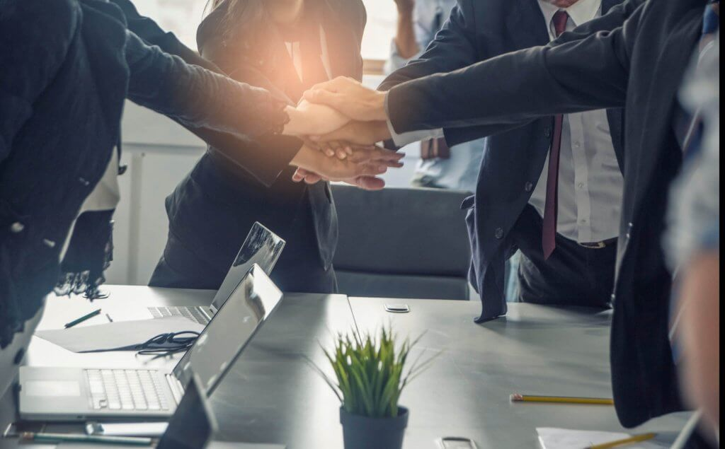 empresários dando as mãos demonstrando união